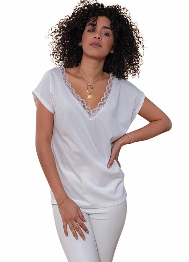 T-shirt with lace on the neckline
